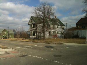 Casa fatiscente di legno a Detroit