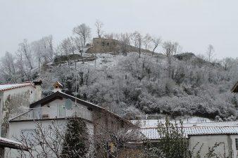 Il Castello di Pinzano in lontananza d'inverno