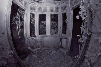 Interno del castello abbandonato e in rovina