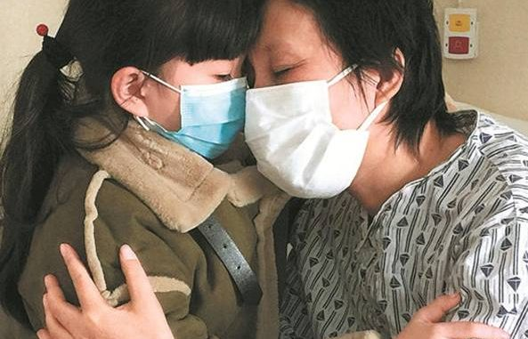 Cina bambina commove il web, salva mamma malata