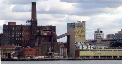La Domino Sugar Refinery dietro l'East  River (Manhattan ad ovest)