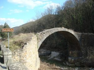 Il Ponte della Pia con un cartello stradale che lo indica