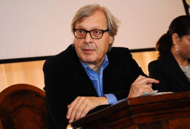 Sgarbi dona casette di cartone d'artista ai clochard di Milano
