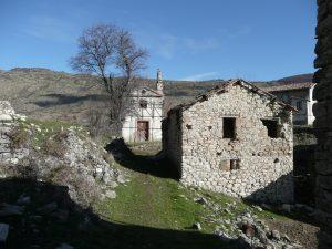 Casa di Valle Piola con hiesa sullo sfondo