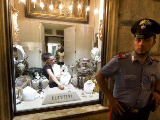 La gioielleria  Eleuteri, in via Condotti a Roma, dove oggi 4 luglio 2011, un rapinatore travestito da prete e' entrato all'interno del locale e ha minacciato il negoziante con una pistola, forse finta. Poi ha chiuso la vittima in bagno e ha portato via, in una busta, diversi gioielli di grosso valore.   ANSA/MASSIMO PERCOSSI