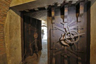 Ingresso in una stanza del bunker con fotografa