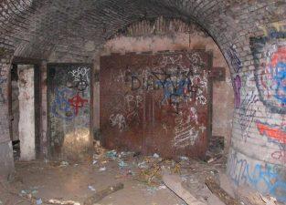 Graffiti e degrado nel bunker della villa