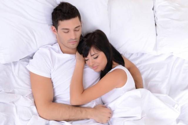 Posizioni Per Dormire In Coppia.Dormire In Coppia Molte Posizioni Spiegano Il Vostro