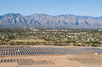 Pannelli solari della base militare e catena montuosa
