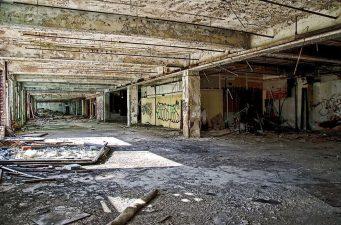 Fabbrica di auto abbandonata