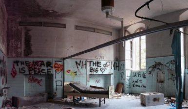 Altro locale in abbandono, sempre con scritte sui muri