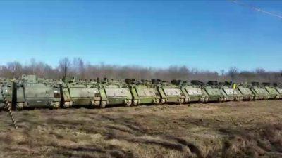Schieramento di carri armati al deposito