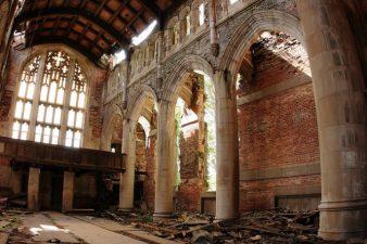 La navata centrale della chiesa abbandonata