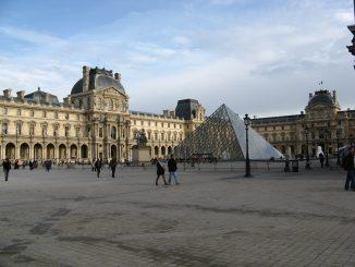 Parigi Zona Louvre isolata: Militare spara a un uomo armato