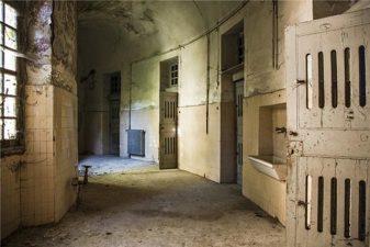Corridoio del manicomio in abbandono
