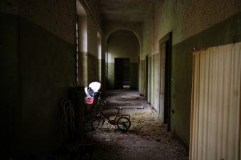 Altro corridoio abbandonato con bicicletta