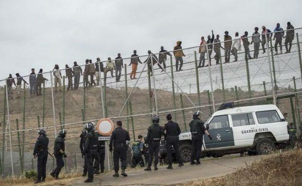 Centinaia di migranti forzano la frontiera a Ceuta