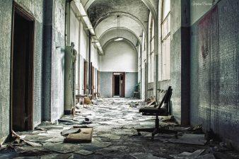 Corridoio con documenti d'archivio sparsi per terra