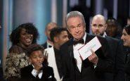 Oscar 2017, colpo di scena: busta consegnata a La La Land ma il vincitore è Moonlight