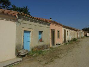 Case e un'altra strada deserta