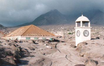 Casa e chiesa quasi sommerse dopo l'eruzione
