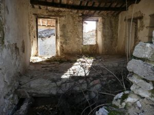 Interno di casa abbandonata nel borgo