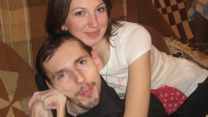 Sembra una coppia normale a mezzo busto ma la foto per intero lascia sconcertati