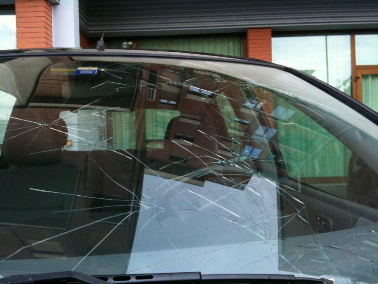 Riparazione o sostituzione parabrezza auto: quanto costano