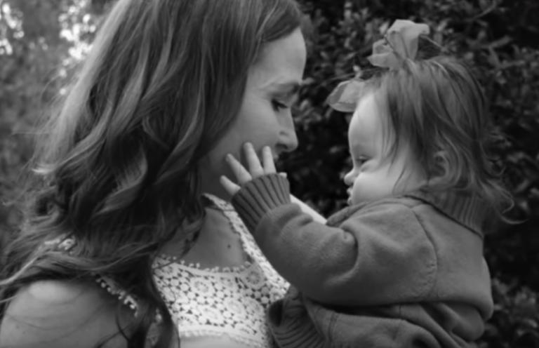 Kat Abaniac guarda la figlia Emersyn.
