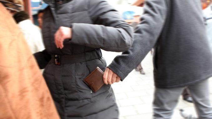 Bologna: riconosce il ladro ma poi subisce un pestaggio di gruppo