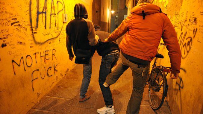 Bulli minacciano compagno: 'Ora balla nudo in strada'