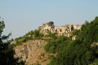 Borgo abbandonato sulla rocca