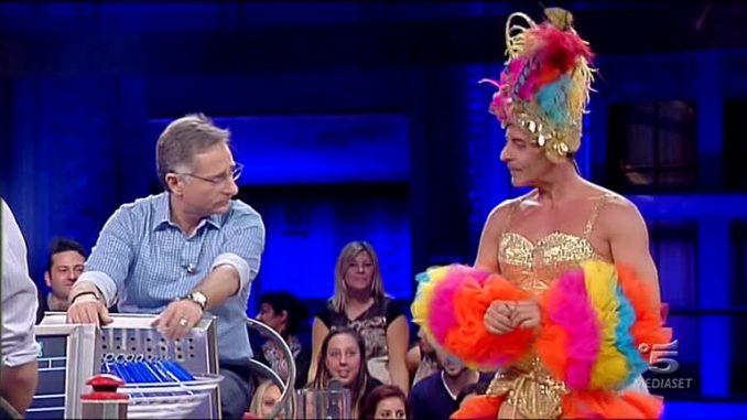 """Ad """"Avanti un altro"""" spunta un irresistibile Laurenti vestito da brasiliana"""