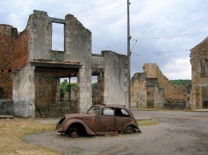 Oradour-sur-Glane (Francia) con macchina abbandonata