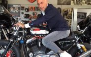 Gianluca Vacchi entra in casa con la Harley, il nuovo video