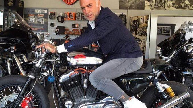 Gianluca Vacchi entra in casa con la Harley, il nuovo video