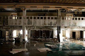 Altro locale dell'ex hotel in completo abbandono