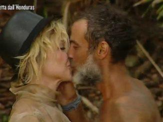 Isola: ecco cosa ha detto Raz all'orecchio di Paola Barale