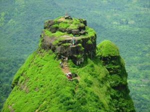 Gente che fa trekking arriva alla fortezza in cima al monte