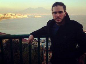 Harington con il golfo di Napoli e il Vesuvio sullo sfondo.