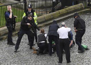 Londra, l'attentatore a terra