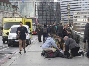 Londra, i primi soccorsi ai pedoni