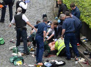 Londra, il deputato cerca di salvare il poliziotto. La foto toccante