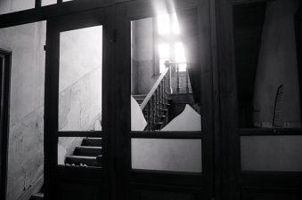 Porta vetri rotta e muri scrostati all'interno