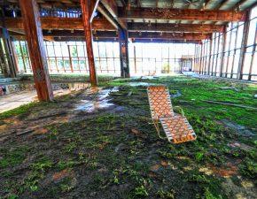 Sdraio nella zona della piscina abbandonata