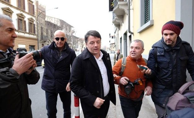 Renzi al Circolo Pd a Firenze: baci e abbracci con le sue sostenitrici