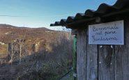 """Cartello """"Benvenuti nel paese fantasma di Rovaiolo Vecchio"""