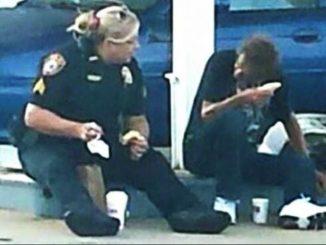 Agente di polizia fa colazione con un senzatetto. Le foto