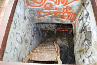 Particolare del monumento riempito da graffiti