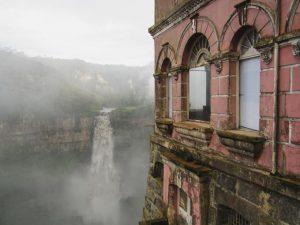 L'ex hotel a strapiombo che guarda le cascate